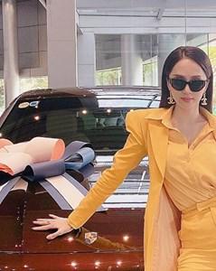 Chi 900 triệu đấu giá đồng hồ từ thiện, hoa hậu Hương Giang tái xuất với tấm lòng Bồ Tát