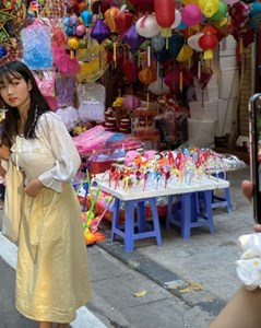 Xem nhiều mua ít, tiểu thương phố Hàng Mã thu 'phí chụp ảnh' để bù lỗ