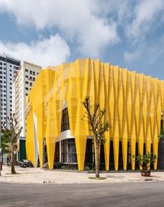 """Ngôi nhà phủ """"tấm áo"""" màu vàng, thiết kế nếp gấp sáng rực góc đường Thanh Hóa"""