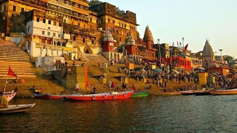 """Varanasi - thành phố tâm linh bên bờ sông Hằng """"xưa hơn lịch sử, cổ hơn truyền thống, cũ hơn cả huyền thoại"""""""