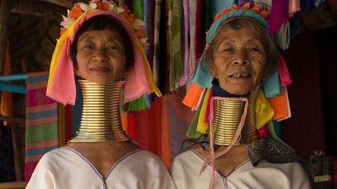 Tập tục kì lạ khắp năm châu: Phụ nữ thích đeo 25 vòng cổ bằng đồng với trọng lượng khoảng 10kg, cổ càng dài thì càng đẹp
