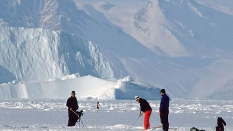 Trải nghiệm chơi golf trong băng tuyết khi nền nhiệt xuống - 50 độ C