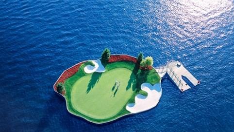 Trải nghiệm chơi golf trên sân trôi vô định giữa hồ độc nhất nước Mỹ