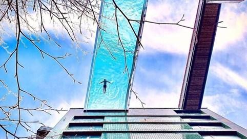 """Những công trình """"lóa mắt"""" thế giới: Bể bơi nặng 50 tấn, nằm giữa 2 tòa nhà cho bạn cảm giác """"trôi"""" giữa không trung"""
