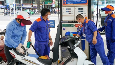 Có nên thu phí bảo trì đường bộ qua xăng dầu?