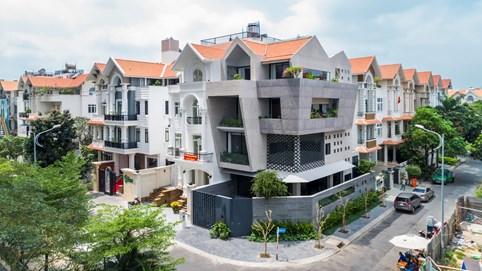 Biệt thự độc đáo giữa Quận 7 với phong cách kiến trúc hình thang ngược, bao phủ bằng đá granite nổi bật