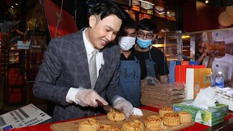 Dương Triệu Vũ bán bánh trung thu nóng