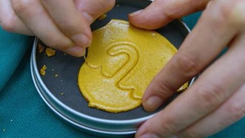 """Kiếm tiền """"thức thời"""" nhất Hàn Quốc: Bán kẹo đường giống trong Squid Game thu về 19 triệu đồng/ngày"""
