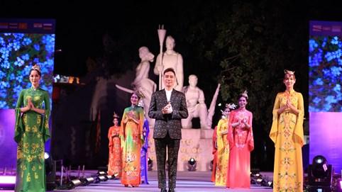 """Thời trang Sen Vàng: Tôn vinh di sản Việt trong Chương trình """"Giao lưu Văn hóa - Nghệ thuật các nước Asean mở rộng"""""""