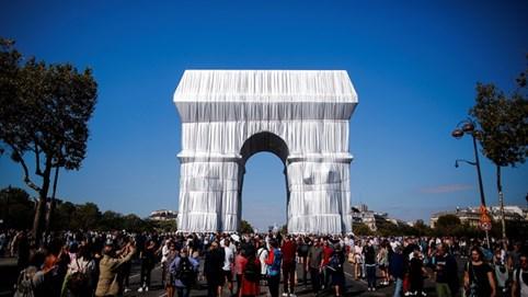 """Khải Hoàn Môn của Pháp lộng lẫy trong """"chiếc áo"""" vải nhựa 25.000 m2"""