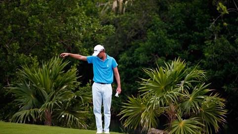Hướng dẫn golfer thả bóng trong khu vực giải thoát