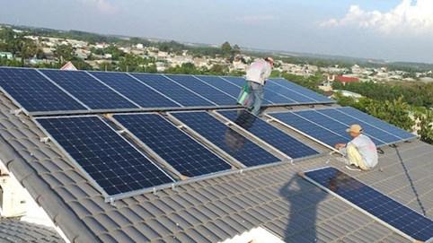"""Bloomberg nhận định gì về """"hiện tượng"""" 4,6GW công suất điện mặt trời mái nhà chạy đua trong 1 tuần ở Việt Nam?"""