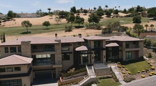 Trước khi ly hôn, vợ chồng Đan Trường cùng sống trong căn biệt thự triệu đô này - rộng 4.000m2, garaga đủ chứa 9 chiếc ô tô