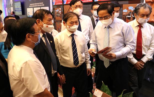 Thủ tướng Chính phủ Phạm Minh Chính tham quan các sản phẩm trưng bày tại gian hàng Gốm Đất Việt.