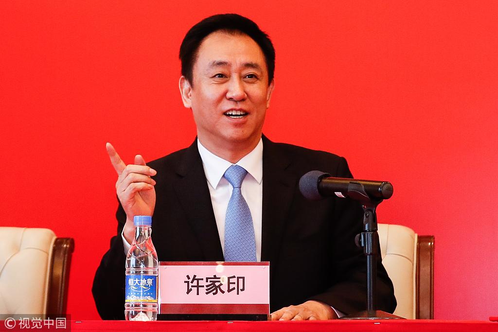 Ngoài sự nghiệp thành công, Hui Ka Yan là người làm từ thiện rất hào phóng.Ước tính Hui Ka Yan đã chi tới 130 triệu USD chogiáo dục, giảm nghèo và giảm nhẹ thiên tai.