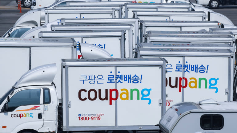 Đội xe giao hàng độc quyền của coupang. Ảnh: Nikkei Asia.