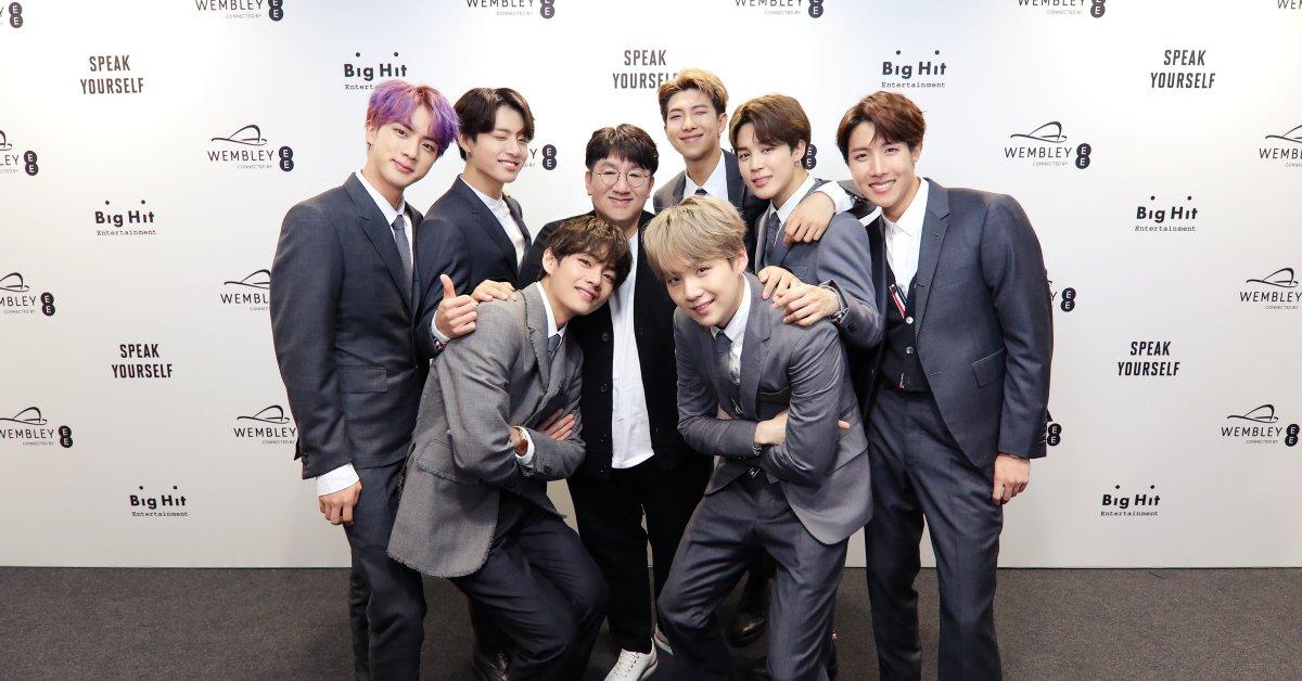 Tỷ phú USD Bang Si-hyuk (ở giữa) chụp ảnh cùng BTS - nghệ sĩ chủ lực tại HYBE. Ảnh: Times