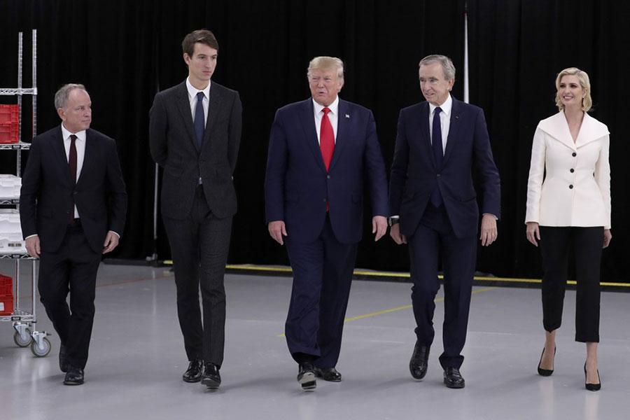 Alexandre là người con duy nhất đi cùng ôngBernard Arnault đến buổi gặp mặt cựu Tổng thống Donald Trump hồi tháng 1/2017. Ảnh: Bazaar.