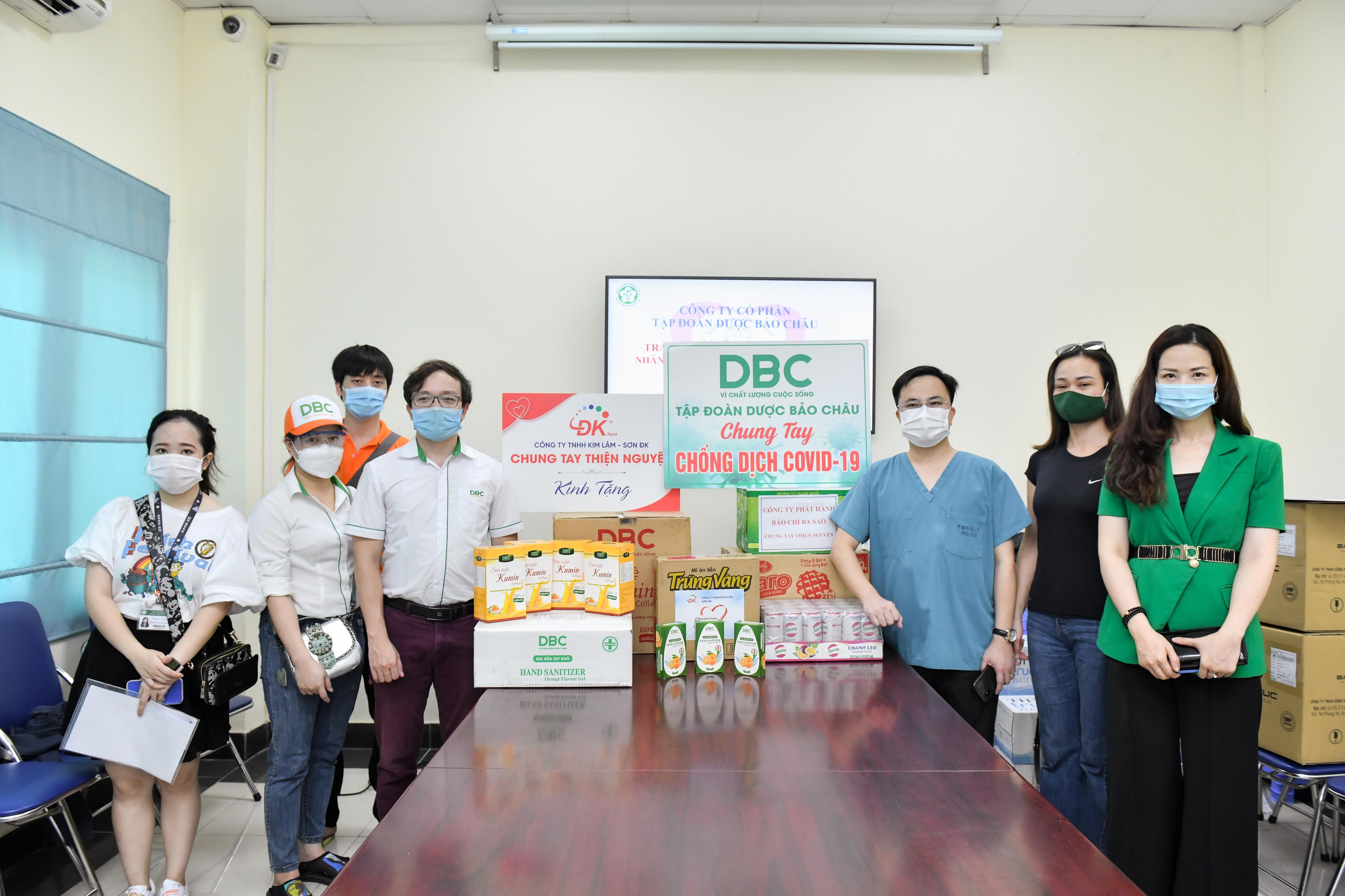 """Đoàn thiện nguyện trao tặng quà tại Bệnh viện Bạch Mai """""""