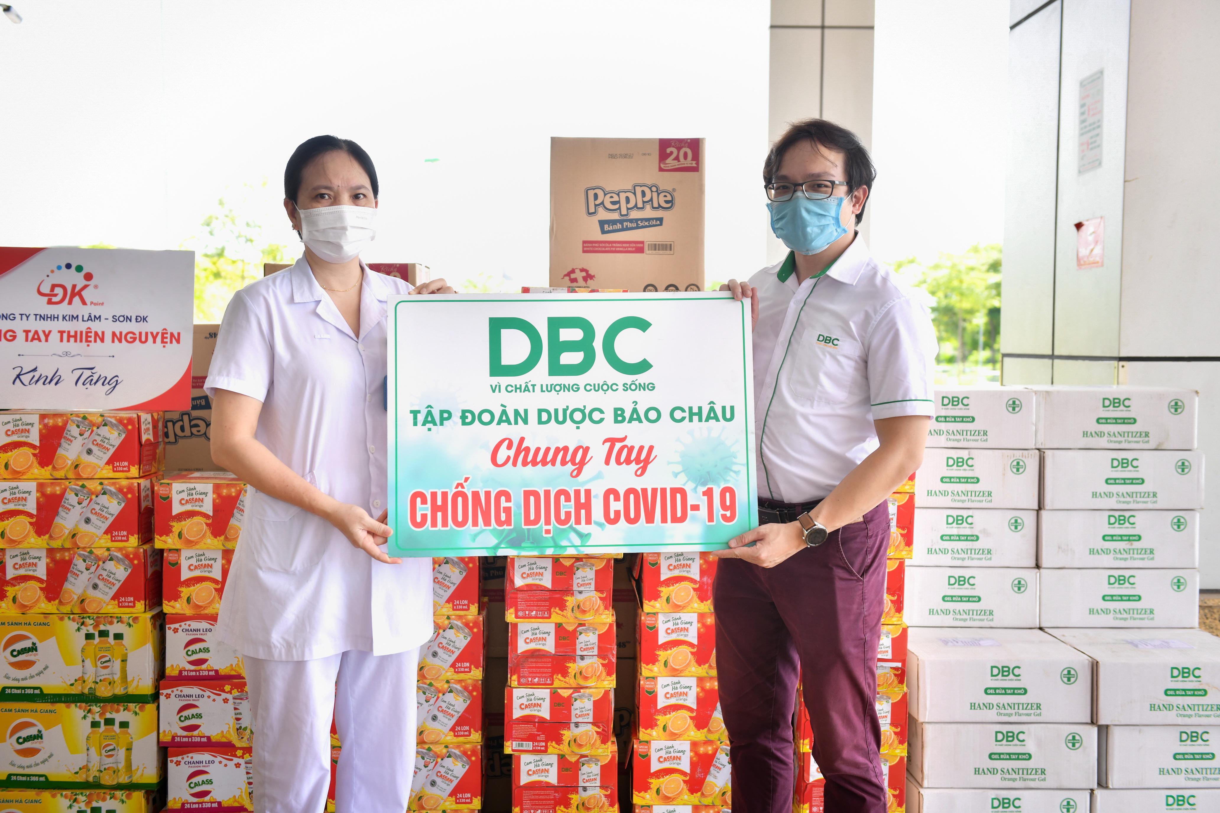 Đoàn trao tặng hàng trăm thùng nước hoa quả, nước rửa tay, các nhu yếu phẩm khác… đến Bệnh viện Bệnh Nhiệt đới Trung ương cơ sở Đông Anh