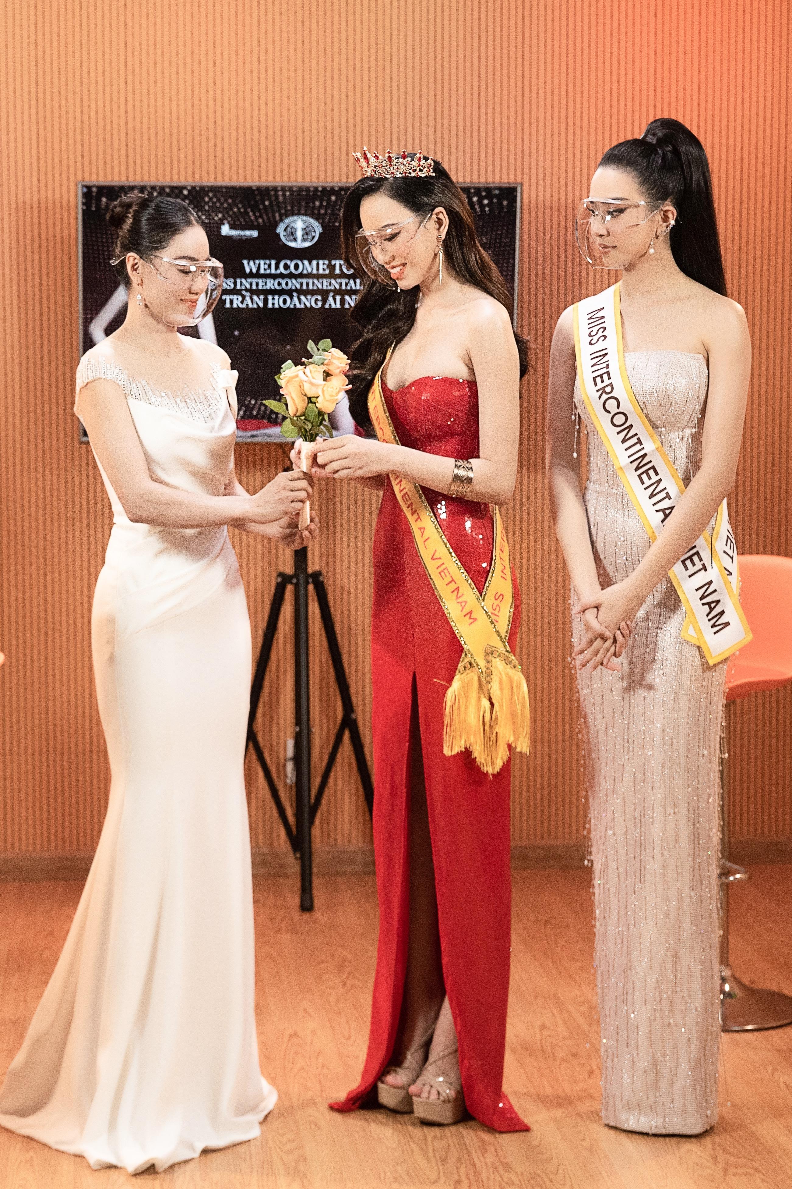 """Mới đây, """"bà trùm Hoa hậu"""" Phạm Kim Dung - Giám đốc Sen Vang Entertainment (đơn vị nắm giữ bản quyền các cuộc thi quốc tế), đã tổ chức buổi công bố đại diện Việt Nam tại Miss Intercontinental 2021. Không ai khác, người đẹp Trần Hoàng Ái Nhi đã được gọi tên trong buổi livestream."""