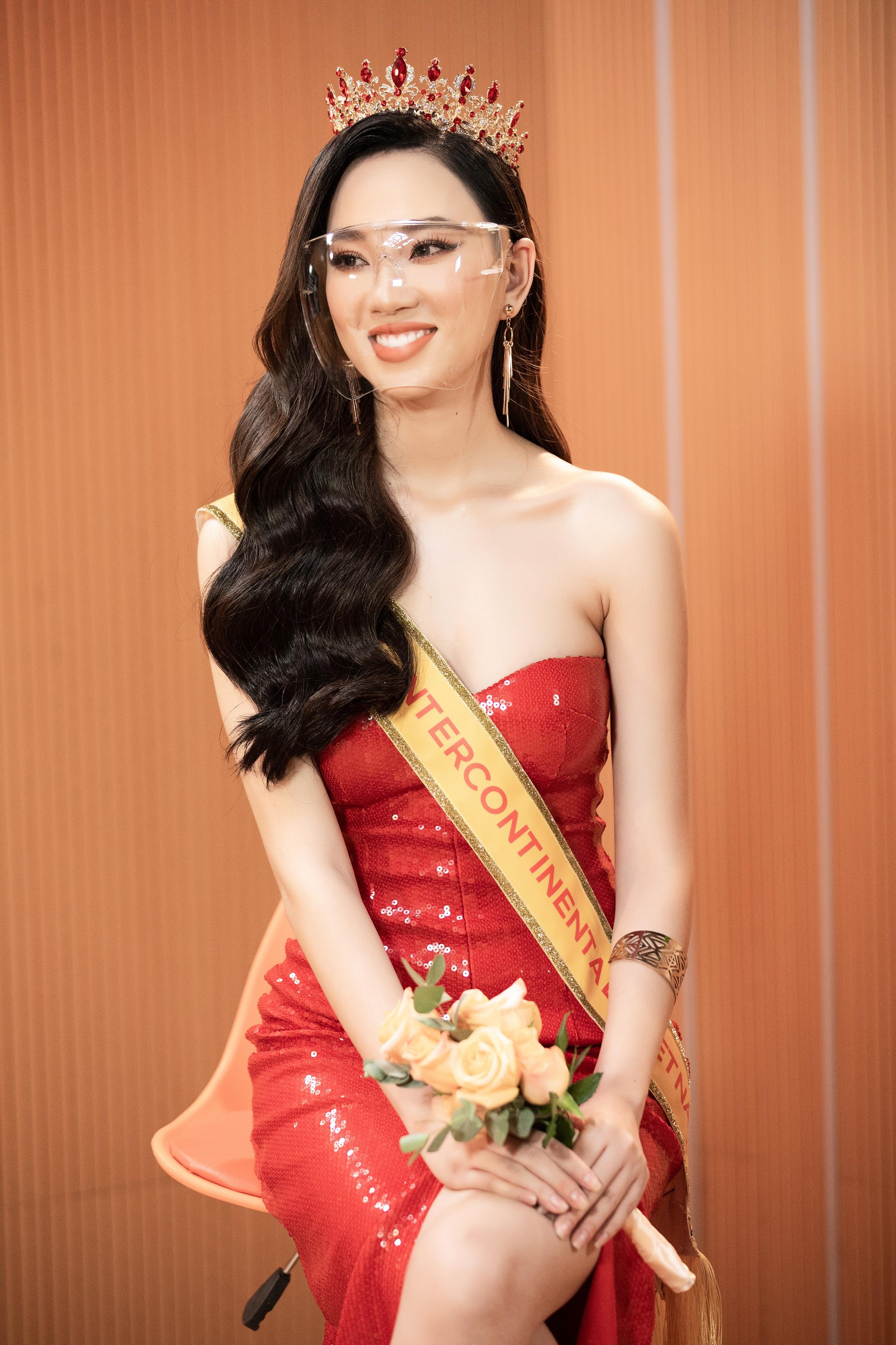 Được biết, Ái Nhisinh năm 1998, đến từ Đắk Lắk và hiện đang là sinh viên ngành Kinh doanh thương mại của trường Đại học Văn Lang.
