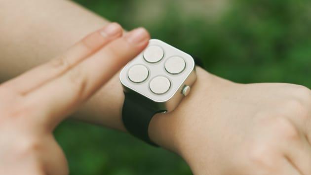 Đồng hồ thông minh chữ nổi của Paradox Computers dành cho người khiếm thị cho biết thời gian và ngày tháng bằng cảm giác rung.
