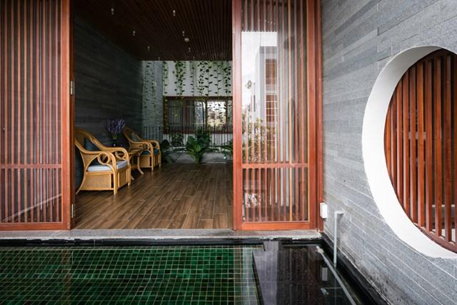 Ngôi nhà dùng để ở và kết hợp để sử dụng như văn phòng - một hình thức phổ biến ở đô thị Việt Nam. Các kiến trúc sư muốn nói về cảm giác bình yên với thiên nhiên bên trong tâm hồn những người sinh sống tại đây.