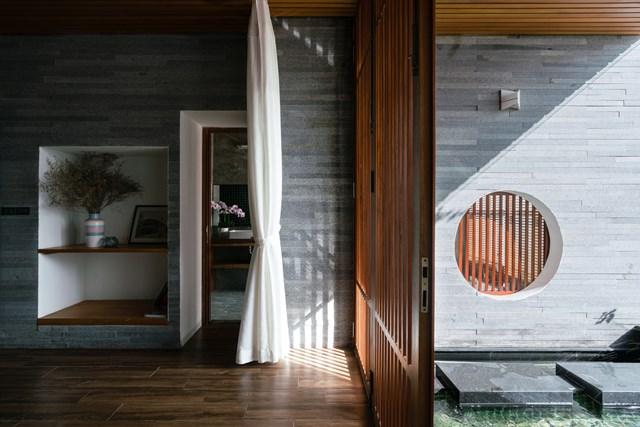 Các yếu tố trong kiến trúc truyền thống như ánh sáng, cây xanh, gió hay mặt nước… được ưu tiên, đặc biệt mái hiên. Đây là khoảng không gian giữa trong nhà và ngoài cửa, một không gian kết nối giữa con người và thiên nhiên.