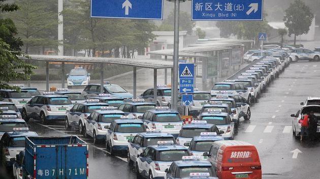 Xe điện xếp hàng chờ sạc trong thời tiết khắc nghiệt ở Trung Quốc.