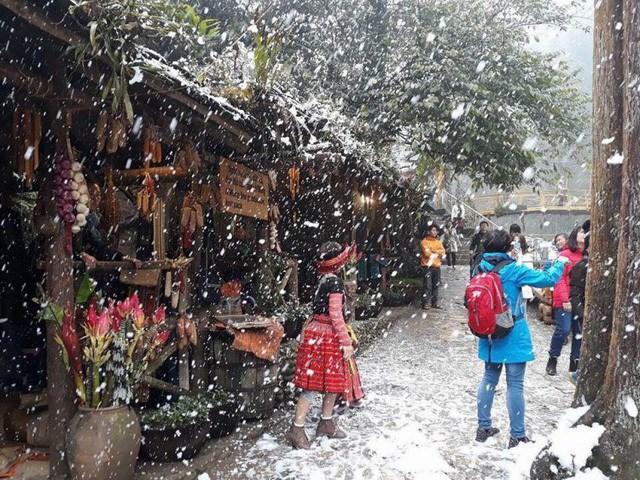 Khung cảnh tuyết rơi trắng xóa khiến nhiều du khách thích thú, hào hứng.