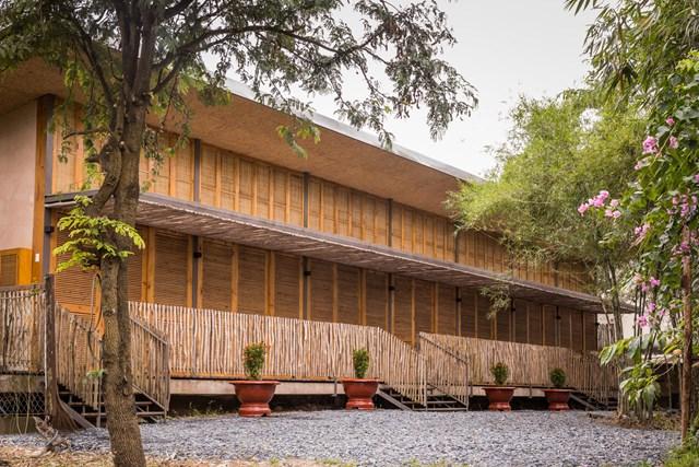 Mái nhà bằng trấu trộn, tường gạch phủ vôi tự nhiên trong dự án 'lớp học xanh' - Ảnh 2