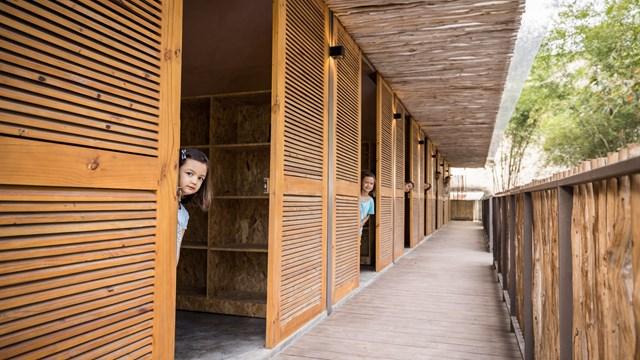 Mái nhà bằng trấu trộn, tường gạch phủ vôi tự nhiên trong dự án 'lớp học xanh' - Ảnh 4