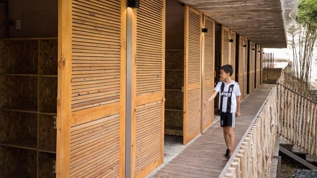 Mái nhà bằng trấu trộn, tường gạch phủ vôi tự nhiên trong dự án 'lớp học xanh' - Ảnh 5
