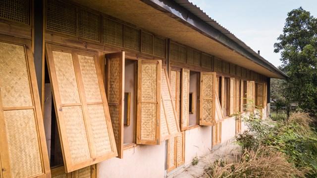 Mái nhà bằng trấu trộn, tường gạch phủ vôi tự nhiên trong dự án 'lớp học xanh' - Ảnh 7