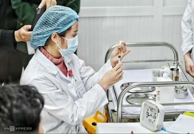 Chuẩn bị tiêm thử liều Nanocovax 25 mcg cho tình nguyện viên tại Học viện Quân y.