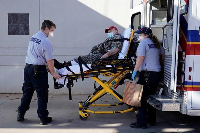 Các nhân viên y tế đưa một bệnh nhân đến phòng cấp cứu ở Shawnee, Oklahoma, tháng 12/2020.