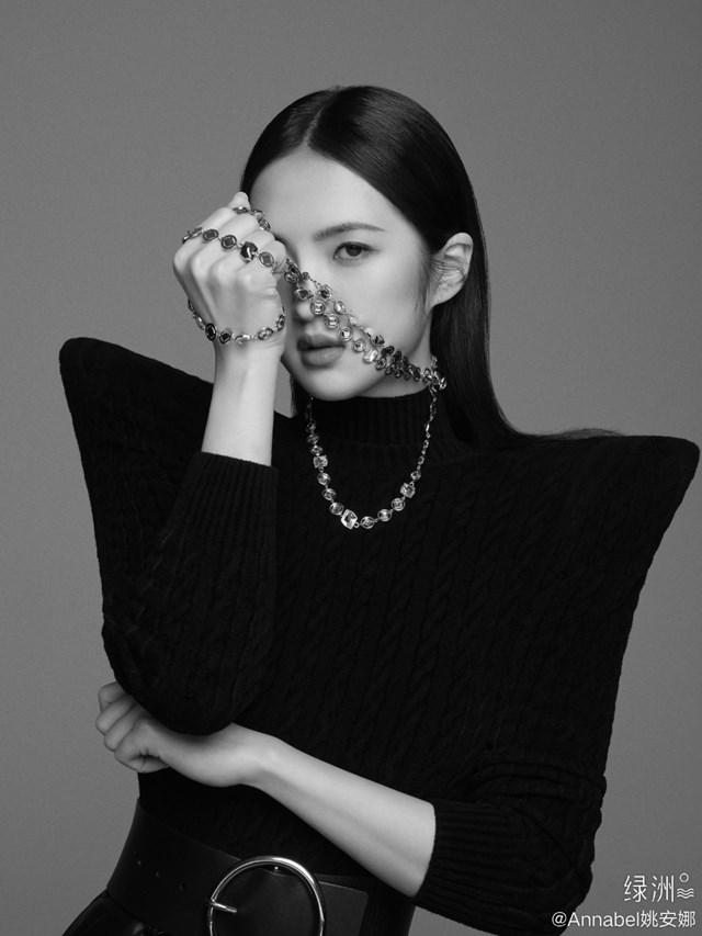 """Công chúa út của đế chế Huawei chính thức bước vào showbiz với loạt ảnh cực """"chất"""", lập tức khiến MXH bùng nổ - Ảnh 2"""