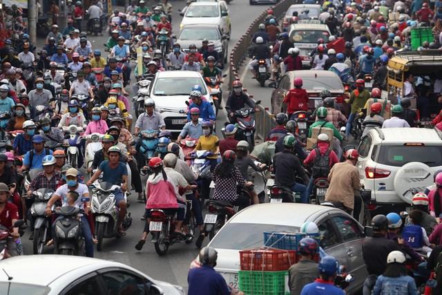 Nhiều giải pháp được đưa ra như mở rộng đường, phát triển giao thông công cộng nhưng tình trạng kẹt xe vẫn diễn ra.