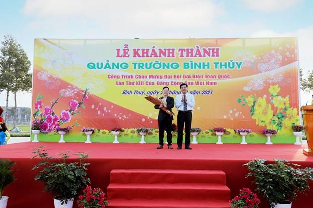 Đại diện UBND quận Bình Thủy trao hoa đến ông Nguyễn Duy Kiên – Chủ tịch HĐQT KITA Group