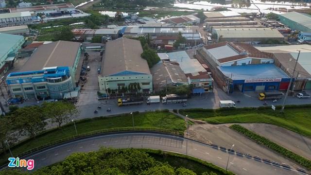 Khu vực nối đường Võ Văn Kiệt với điểm đầu của dự án vẫn còn nhiều nhà xưởng thuộc diện giải tỏa nhưng vẫn hiện hữu. Ảnh:Phạm Ngôn.