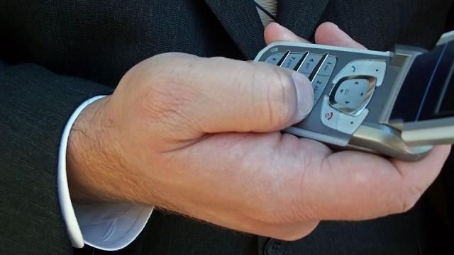 Buffett dùng điện thoại nắp gập giá rẻ trong nhiều năm liền