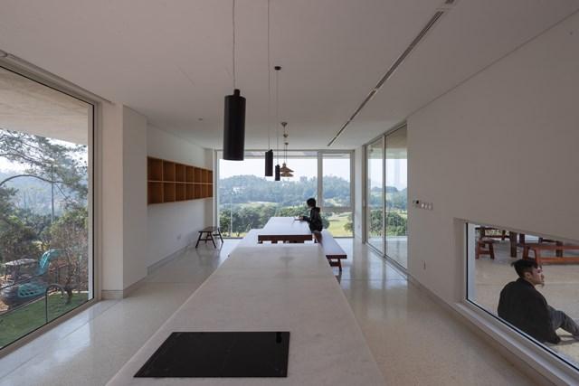 Các ô trống và ô đặc được đan xen nhau để thông gió và lấy thêm ánh sáng tự nhiên vào mọi ngóc ngách trong nhà.
