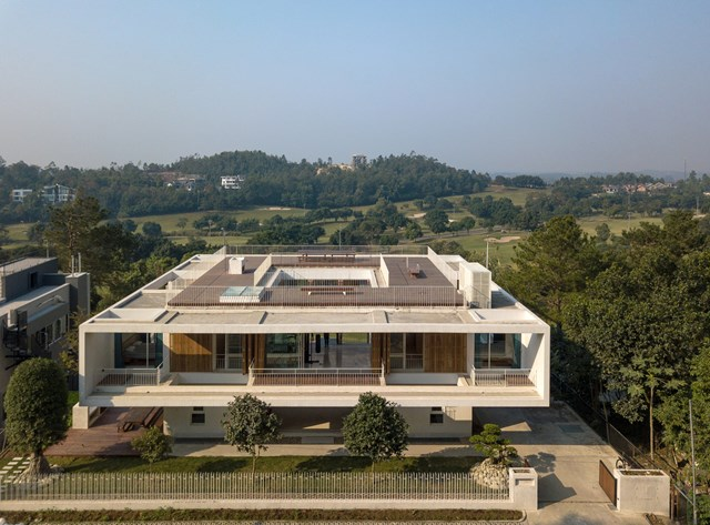 Ngôi nhà được thiết kế 3 tầng, thấp dần về phía thung lũng, có hình khối kiến trúc đơn giản với 3 khối hộp vuông vắn đặt chồng lên nhau.