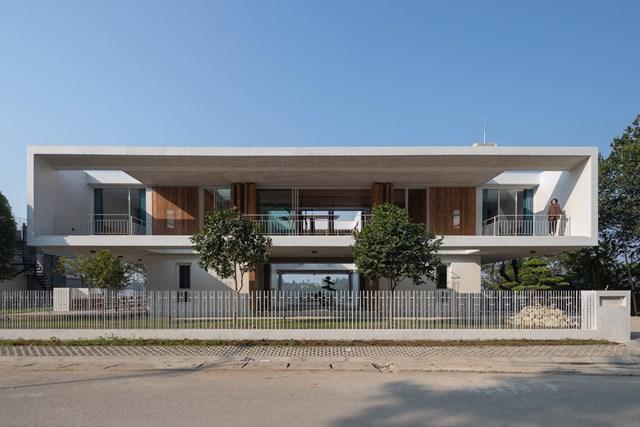 Lối vào của ngôi nhà là từ chân núi, các kiến trúc sư đã thiết kế sảnh chính ở tầng trệt, phía trước và phía sau được mở rộng và liên thông với sân trong.