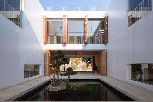 Sân và ao cũng góp phần thông gió để đưa không khí vào nhà.