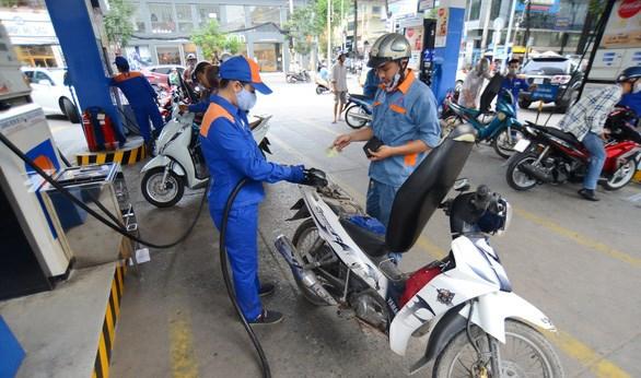 Trong điều kiện bình thường, khi mua mỗi lít, kg xăng, dầu, dự kiến người tiêu dùng phải trích 300 đồng vào Quỹ bình ổn giá xăng dầu - Ảnh: Quang Định.