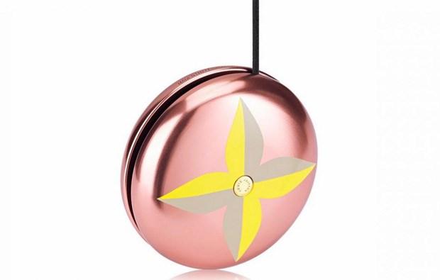 Món đồ chơi yoyo đến từ thương hiệu Louis Vuitton nàyđược sơn màu hồng, hình trang trí phủ hai màu vàng - ghi, phía bên trong, các nhà thiết kế được đính thêm một chiếc cúc nhỏ có in hình thương hiệu của Louis Vuitton, và... chỉ thế thôi. Vậy nhưng giá của món đồ này là 230 euro (khoảng 6,4 triệu đồng).