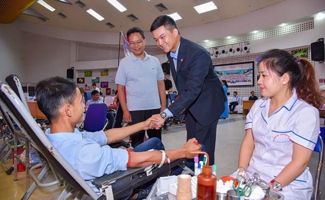 """Anh Lê Viết Hiếu tại chương trình hiến máu nhân đạo """"Giọt hồng yêu thương"""" do Tập đoàn Hòa Bình tổ chức tại TP HCM"""