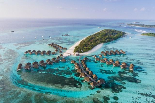 90% trong số 200 hòn đảo lớn nhỏ có người sống tại Maldives được xây thành các khu resort đẳng cấp nhất thế giới với không gian biệt lập, chỉ có bầu trời, nước biển xanh trong và các dịch vụ cao cấp.